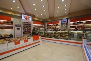 طراحی-دکوراسیون-شیرینی فروشی-قفسه-شکلات-خانی آباد3