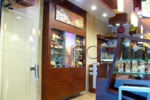 طراحی-کافه-دکوراسیون-قفسه-فنجون5