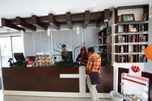 طراحی-دکوراسیون-شیرینی فروشی-میز-صندوق-ونک6