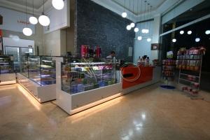 طراحی-دکوراسیون-قنادی4-میز صندوق-شیرینی فروشی